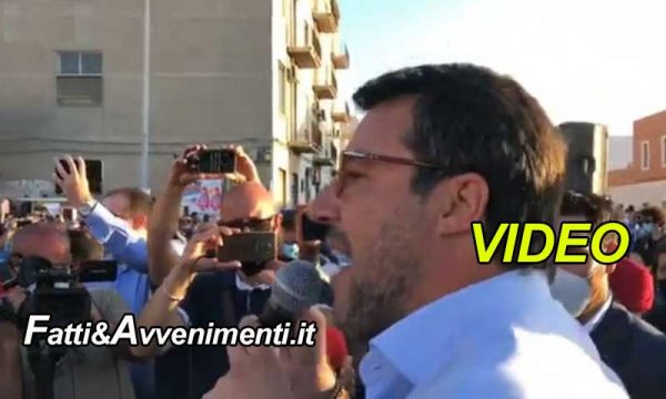 """Salvini a Messina tra applausi e migranti che lo contestano: """"La Sicilia ha bisogno di turisti paganti, non pagati"""""""