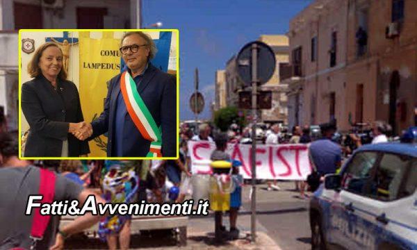 """Lampedusa. Arriva il ministro Lamorgese accolta da proteste e la scritta """"Scafisti"""" e  """"chiudi i porti o sei complice"""""""