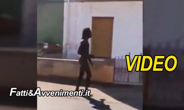"Siracusa. Migrante gira nudo in strada e i residenti si recano alla baraccopoli: ""dovete andarvene"" (VIDEO)"