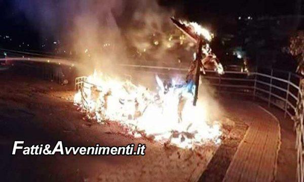 """Favara. A fuoco il """"barcone dell'accoglienza""""  simbolo dell'immigrazione e dell'accoglienza: indagini in corso"""