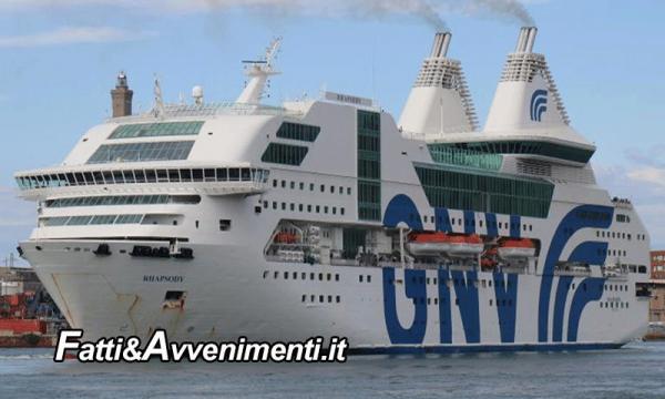 """Migranti a spasso. In 900 sbarcano dalla nave: """"Senza destinazione, solo ordine di andarsene dall'Italia"""""""