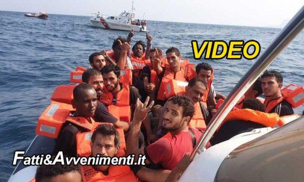 Migranti, 76 dei 278 a bordo della Open Arms si gettano in mare: recuperati e riportati sulla nave