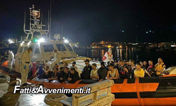 Lampedusa presa d'assalto, 371 migranti arrivati tutti nella notte: gran lavoro di Finanzieri e guardia costiera