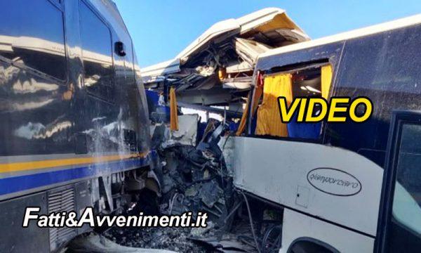 Vittoria (RG). Treno travolge un bus rimasto bloccato tra  le sbarre del passaggio a livello – VIDEO