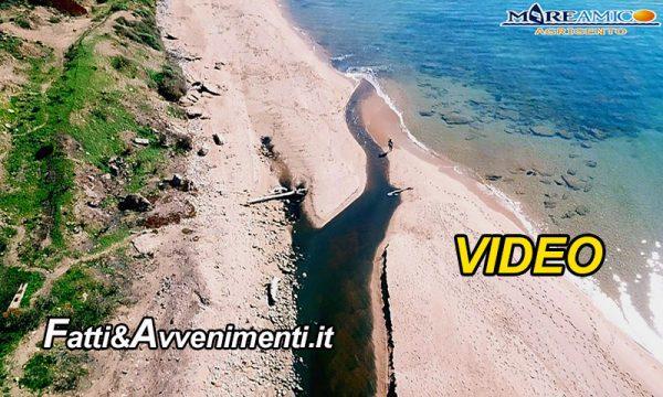 Selinunte. Il torrente Modione in pieno Parco Archeologico è nero per la presenza delle fogne e scarica in mare