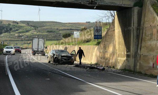 Fondovalle SS624. Autogru contro un ponte al bivio per S.Margherita: auto presa in pieno, feriti occupanti