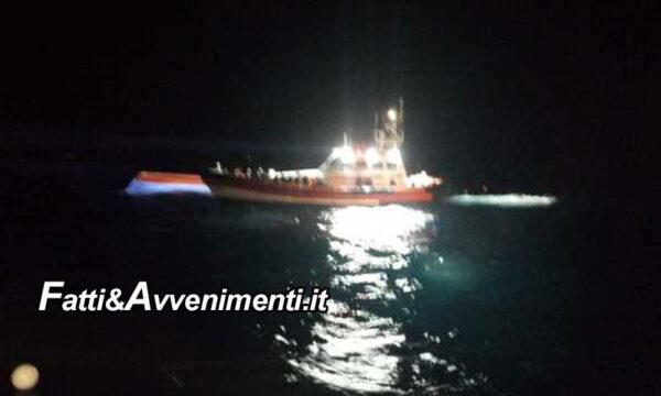 Lampedusa. Barcone migranti si ribalta durante trasbordo: 47 salvati da Gdf, ricerche dispersi in corso