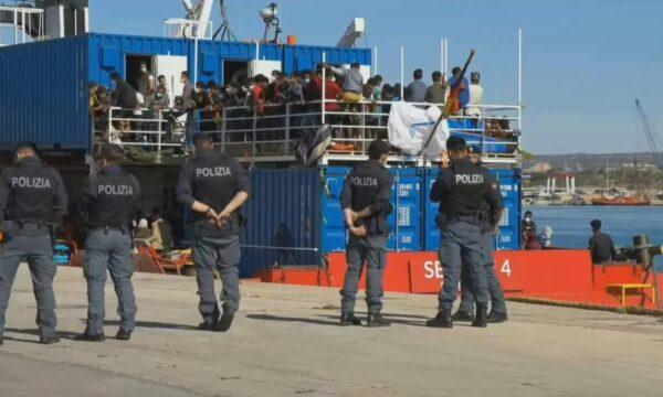 Pozzallo. Sea Eye accusa: contro noi frasi razziste durante sbarco, tamponi fatti male e lasciati 2 giorni in mare