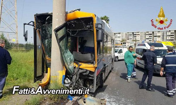 Catania. Bus Amt si schianta contro un palo: 2 feriti gravi, uno elitrasportato e 5 contusi