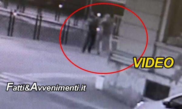 Voghera, spunta un video: il marocchino prima di essere ucciso prende a pugni l'assessore che cade a terra