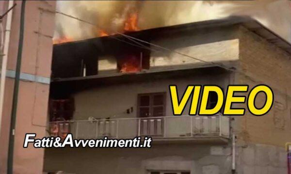 Favara. Una palazzina di due piani va a fuoco: scene da film, fiamme e fumo fronteggiati dai pompieri